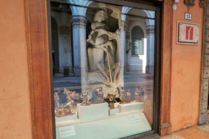 Il tradizionale presepio storico esposto nelle vetrine di Casa Saraceni